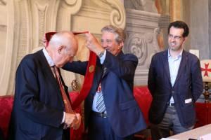 Adalberto Giazotto receives the honour from the Accademia dei Disuniti in Pisa